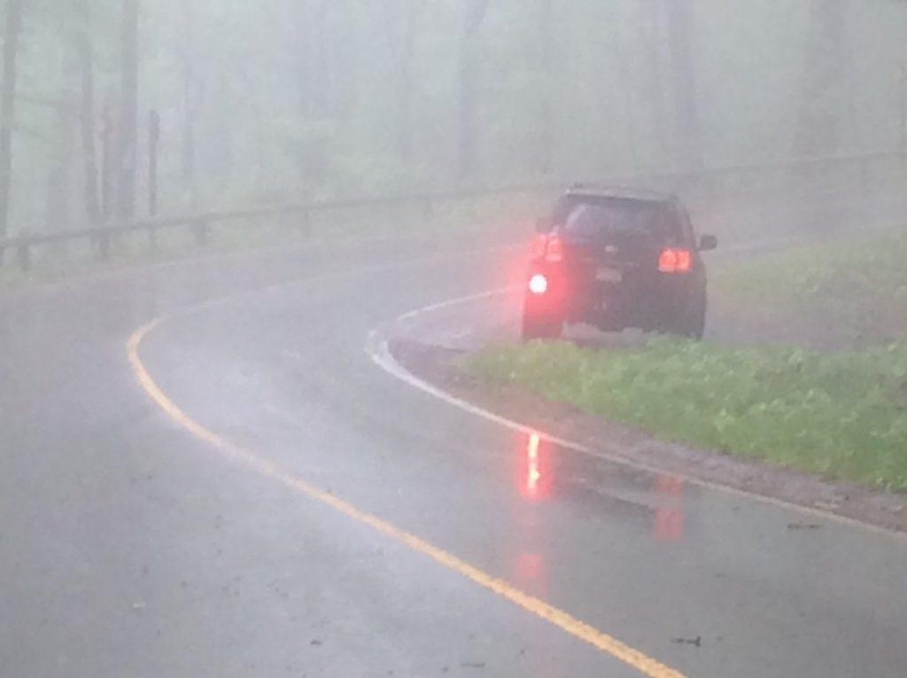 روشن گذاشتن چراغ مه شکن عقب - گواهینامه پلاس  عادت های اشتباه رانندگی
